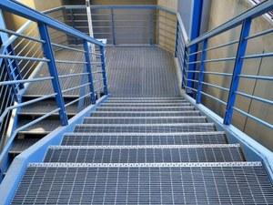 Купить металлические ступени из прессованного решетчатого настила и ПВЛ